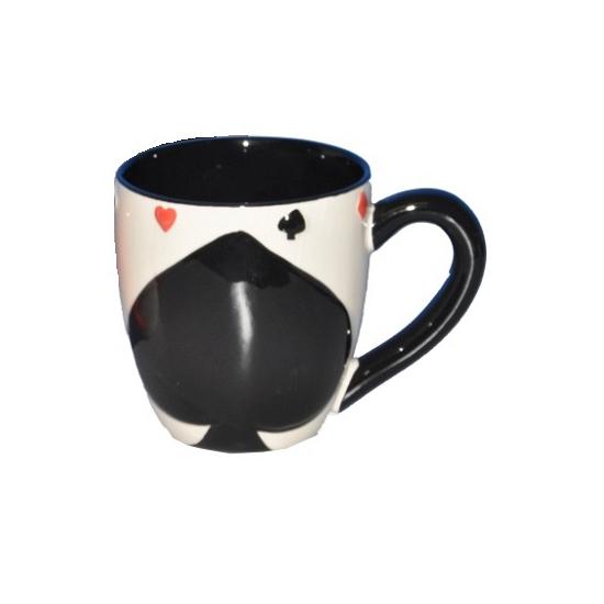 Koffiemok met zwarte schoppenkaart ruiten erop